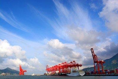 山东港口烟台港接卸30万吨级铝土矿船