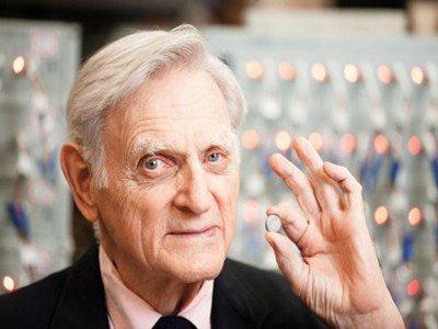"""""""大器晚成""""的锂电池之父——约翰•古迪纳夫"""